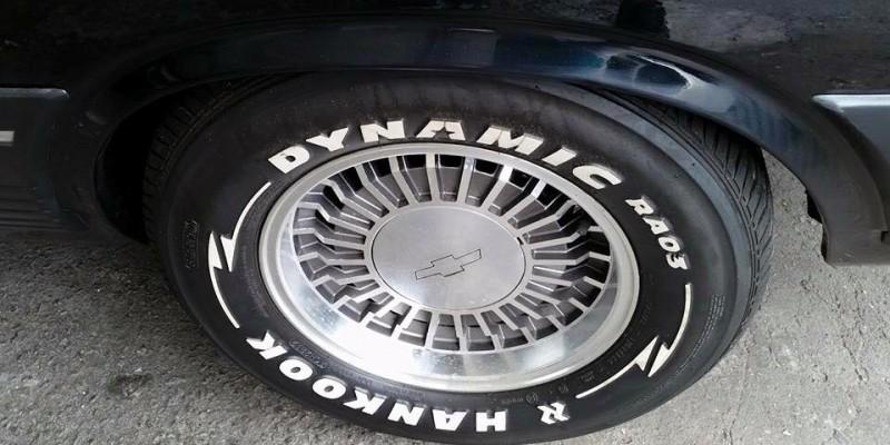 """Os cobiçados pneus Raised White Lettering (RWL), mais conhecidos como """"Pneus Letras Brancas""""."""